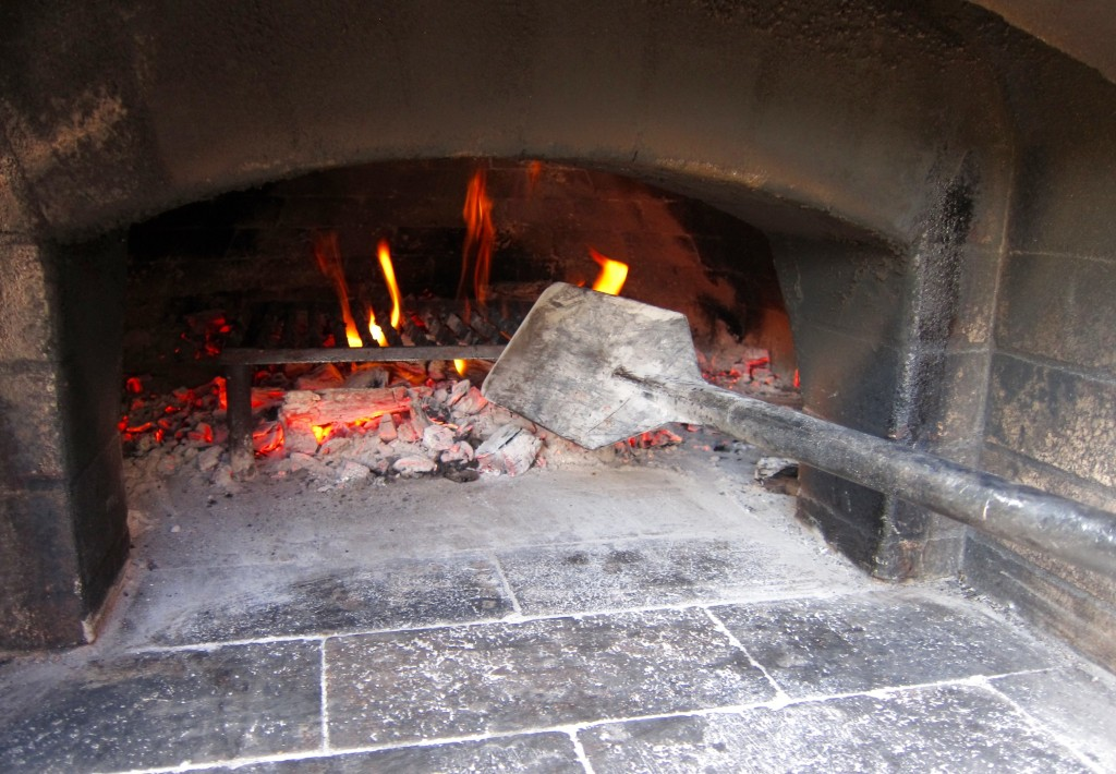wood-fired grilling in a wood-burning oven, wood-fired grilling in a pizza oven over a small fire