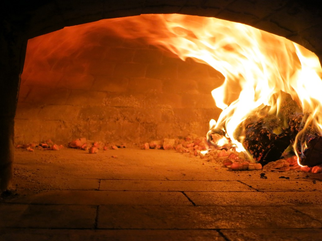 spinning flames lick wood-fired-oven vault circular convection in a wood-fired oven pizza oven